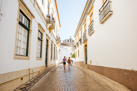 FARO, PORTUGAL - October 02, 2017: Street view with white houses in the old town of Faro on the south of Portugal Foto de archivo - 90560084