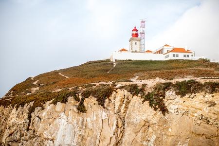 포르투갈의 안개 낀 날씨 동안 등 대와 바위의 케이프에서보기