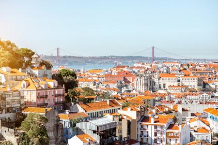 포르투갈에서 화창한 날 동안 유명한 다리와 리스본 도시에 풍경보기 스톡 콘텐츠