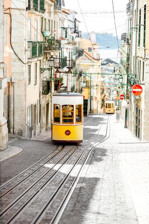 포르투갈에서 화창한 날 동안 리스본에서 유명한 노란색 케이블카 전차와 스트리트 뷰 스톡 콘텐츠