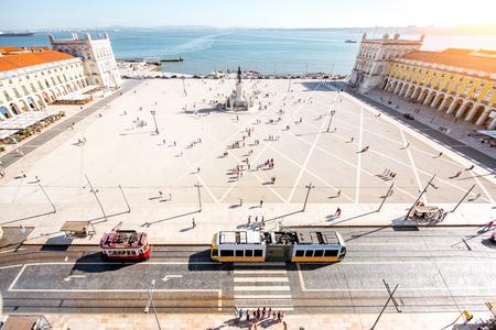 포르투갈에서 화창한 날 동안 리스본 도시의 중심에 상업 광장에 상위 뷰 스톡 콘텐츠