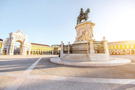 Ochtendmening over het Handelsvierkant met de koning Joseph van standbeeldstandbeelden en Triomfantelijke boog in de stad van Lissabon, Portugal