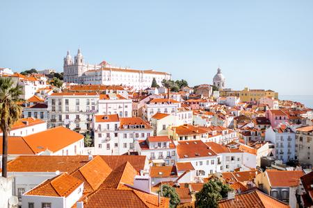 리스본 도시, 포르투갈에서 화창한 날 동안 인접국 지구에서 오래 된 마을에서 풍경보기