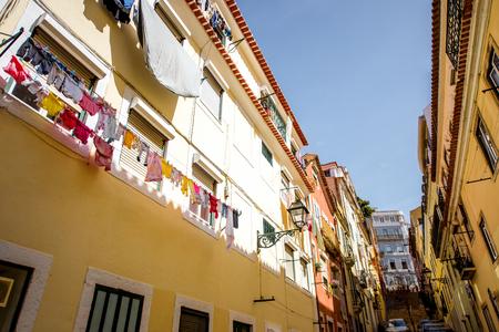 ポルトガル の晴れた日にリスボンの美しい古い建物とストリートビュー