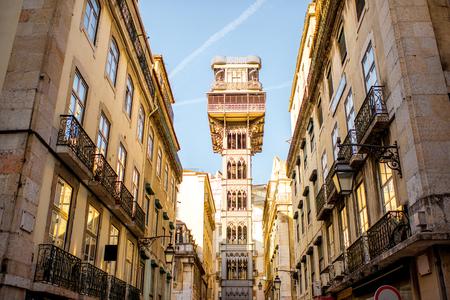 리스본 도시, 포르투갈에서 일출 동안 유명한 세인트 Justa 금속 리프트와 함께 오래 된 건물에 스트리트 뷰