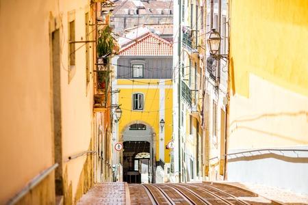 ポルトガルの晴れた日にリスボンで有名なケーブルカーの路面電車とストリートビュー 写真素材