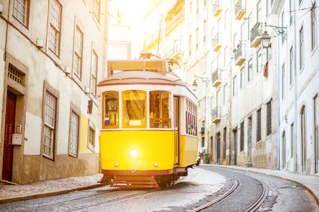 Vista della via con il vecchio tram turistico famoso durante il giorno soleggiato nella città di Lisbona, Portogallo