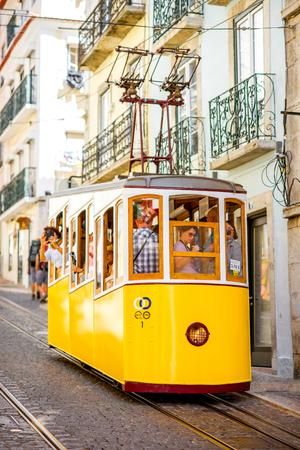 リスボン, ポルトガル - 2017 年 9 月 28 日: 有名な黄色の晴れた日の間にポルトガルのリスボンで Bica 通りのケーブルカー