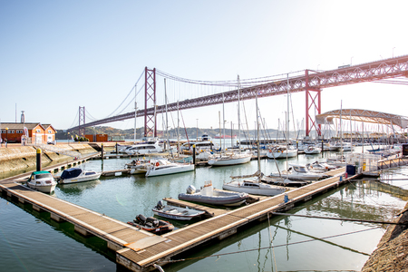 LISBON, PORTUGAL - September 28, 2017: View on the harbor with luxury yachts and 25th of april bridge in Lisbon city, Portugal 新聞圖片
