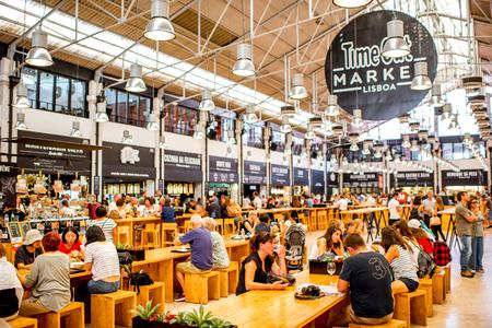 リスボン、ポルトガルの人々 の有名な時間を市場のインテリアを表示リスボン, ポルトガル - 2017 年 9 月 29 日。 報道画像