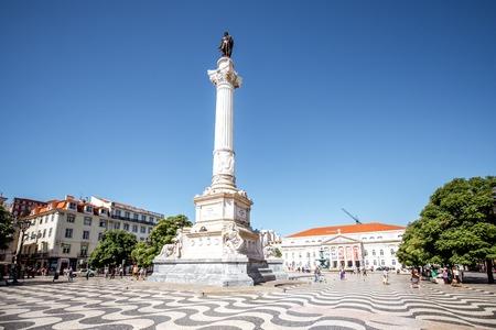 Mening over het Rossio-vierkant met kolommonument tijdens de zonsopgang in de stad van Lissabon, Portugal