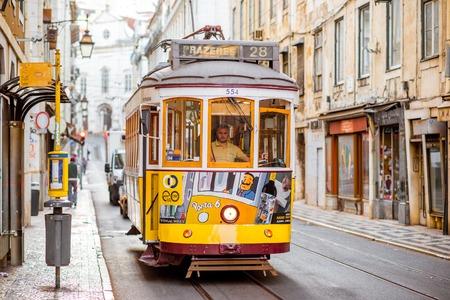 LISSABON, PORTUGAL - 28. September 2017: Straßenansicht mit der berühmten alten touristischen Tram voll von Leuten in Lissabon-Stadt, Portugal