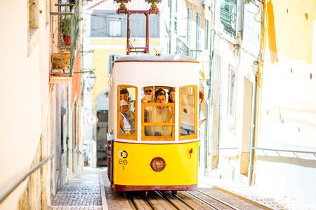 リスボン、ポルトガル - 9月 28, 2017: ポルトガルの晴れた日にリスボンのビカ通りで有名な黄色のケーブルカー
