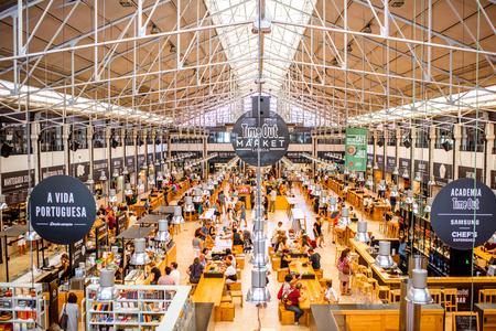 리스본, 포르투갈 -2011 년 9 월 29 일 : 리스본 도시, 포르투갈에서 사람들의 전체 유명한 타임 아웃 시장에 인테리어보기