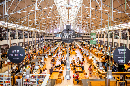 LISBON, PORTUGAL - September 29, 2017: Interior view on the famous Time Out Market full of people in Lisbon city, Portugal Zdjęcie Seryjne - 90561022