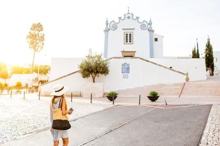 포르투갈의 남쪽 Albufeira 마을 여행 젊은 여자