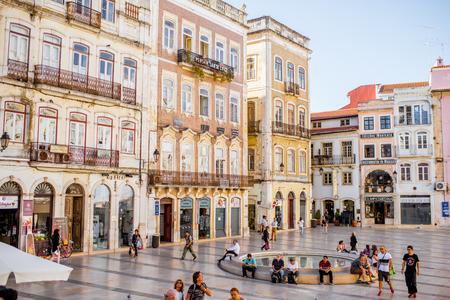 코임브라, 포르투갈 -2007 년 9 월 26 일 : 포르투갈에서 코임브라 도시에서 관광객 중앙 광장으로 붐비는 군중보기