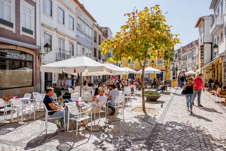 AVEIRO, PORTUGAL - 26 september 2017: Uitzicht op de drukke straat met café en bars in de oude stad van Aveiro, Portugal Redactioneel