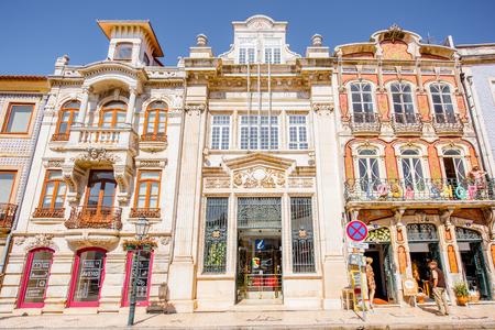 AVEIRO, PORTUGAL - 26 september 2017: Uitzicht op de prachtige oude gevels gebouwen in Art Nouveau architecturale stijl in de stad Aveiro in Portugal