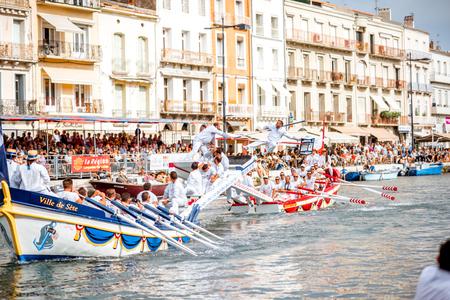 セテ, フランス - 2017 年 7 月 30 日: 水フランスの南に続いたセッテで馬上槍試合競争。主にフランスで練習船での戦いは、馬上槍試合 報道画像