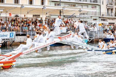SETE, FRANÇA - 30 de julho de 2017: Competição jousting da água que durou em Sete no sul de França. Jousting é uma luta no barco praticada principalmente na França Editorial