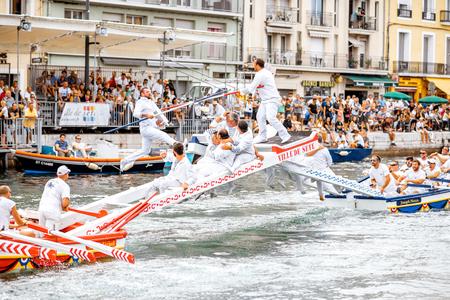 SETE, FRANÇA - 30 de julho de 2017: Competição jousting da água que durou em Sete no sul de França. Jousting é uma luta no barco praticada principalmente na França