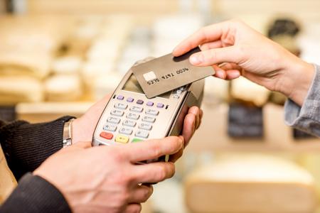 Femme payant avec carte sans contact dans le magasin d'alimentation. Vue rapprochée sur la terminale et la carte Banque d'images - 91244464