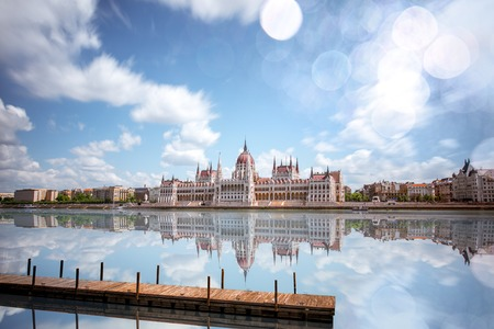 Uitzicht op de rivier met het Parlementsgebouw tijdens het daglicht in de stad Boedapest. Afbeeldingstechniek met lange sluitertijd Stockfoto - 103634664