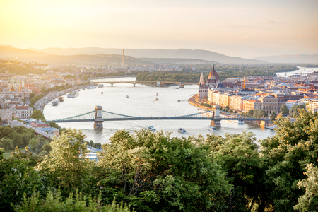 Landscape aerial view on the river with famous Chain bridge during the sunset in Budapest city, Hungary 版權商用圖片