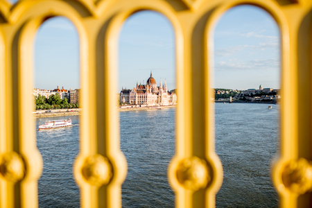 Landscape view through the fencing on the famous parliament building during the sunset in Budapest city, Hungary Stockfoto