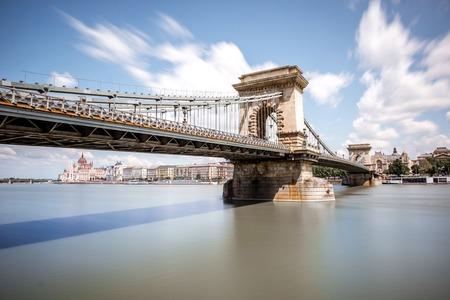 Landschapsmening op de Kettingbrug over de rivier van Donau tijdens het daglicht in de stad van Boedapest, Hongarije. Beeldtechniek met lange sluitertijd Stockfoto - 105421754