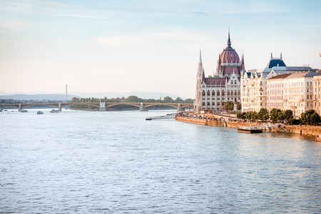 Landscape view on the famous parliament building on Danube river during the sunset in Budapest city, Hungary 免版税图像