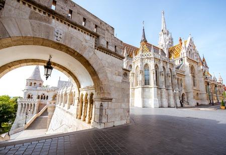 Matin vue sur l'arche du bastion des pêcheurs et de l'église Mattias à Budapest, Hongrie