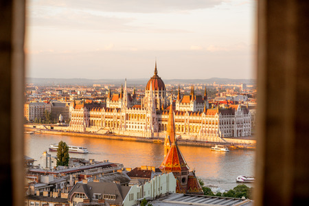 Cityscape view with famous Parliament building during the sunset light in Budapest, Hungary Stockfoto - 105421765