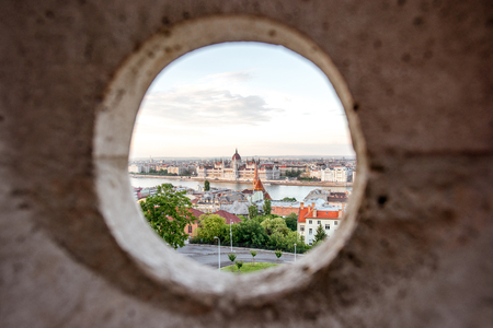 View through the hole on the famous Parliament building in Budapest city, Hungary Stockfoto