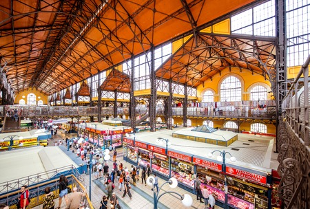HONGARIJE, BOEDAPEST - 19 mei 2018: Interieur van de beroemde grote markthal vol met mensen, dit gebouw is de grootste en oudste overdekte markt in Boedapest, Hongarije