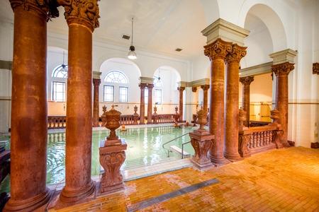 UNGARN, BUDAPEST - 21. MAI 2018: Innenraum des berühmten Szechenyi-Heilbades mit den Leuten, die drinnen entspannen. Dieser Ort ist das größte Bad Europas mit Thermalquellen