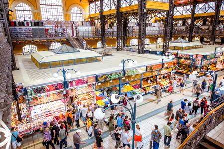 UNGARN, BUDAPEST - 19. MAI 2018: Innenraum der berühmten großen Markthalle, die mit Leuten überfüllt ist, dieses Gebäude ist der größte und älteste Innenmarkt in Budapest, Ungarn Editorial