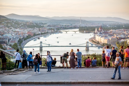 HUNGARY, BUDAPEST - MAY 20, 2018: Tourists enjoying great view on Budapest city standing on the Gellert hill viewpoint during the sunset Banque d'images - 105120641