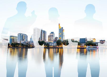 Silhouetten van mensen uit het bedrijfsleven permanent terug op de moderne stadsgezicht achtergrond met wolkenkrabbers in Frankfurt. Dubbele belichtingstechniek Stockfoto - 105234151