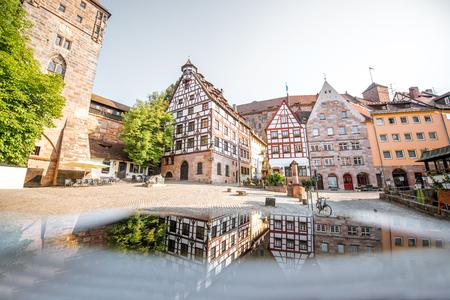 Matin vue sur les belles maisons à colombages avec reflet dans la vieille ville de Nuremberg, Allemagne