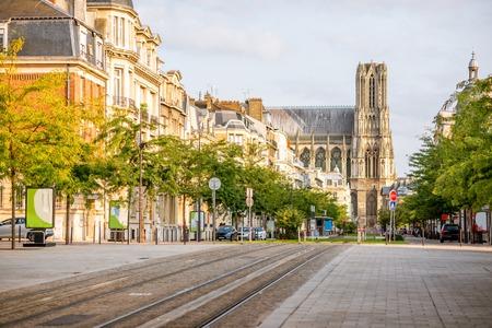 Street view con la famosa cattedrale nella città di Reims nella regione Champagne-Ardenne, Francia