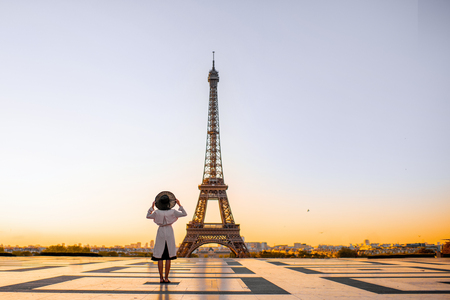 Famous square with great view on the Eiffel tower and woman standing back enjoying the view in Paris Banque d'images