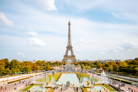 View on the Eiffel tower with fountains during the daylight in Paris 版權商用圖片