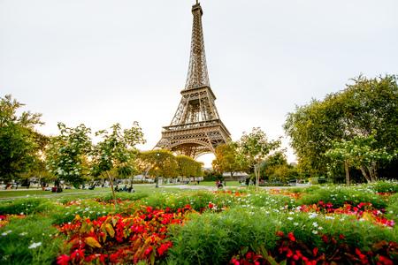 Zachód słońca na wieży Eiffla z Pola Marsowego w Paryżu