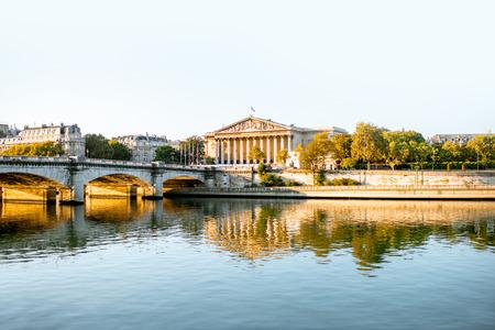 Vue paysage du pont Concordia avec l'Assemblée nationale de France à Paris