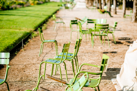Famous green chairs at Tuileries gardens during the morning light in Paris 版權商用圖片