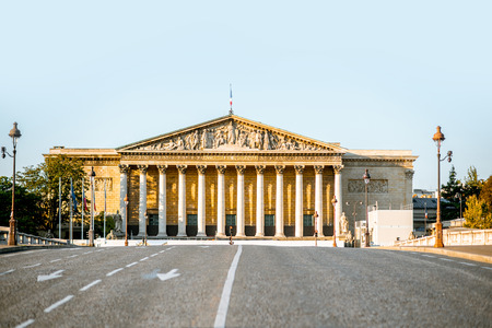 National Assembly of France building on Concordia bridge in Paris Imagens