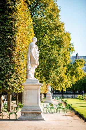 Sculpture at the famous Tuileries gardens in Paris Imagens