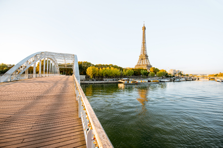 Landscape view of the riverside with Eiffel tower and bridge during the morning light in Paris Stock fotó